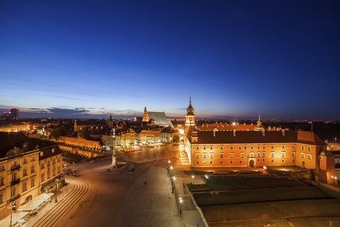 Poland, Warsaw, Old Town with Royal Castle and Square at night - ABOF00242