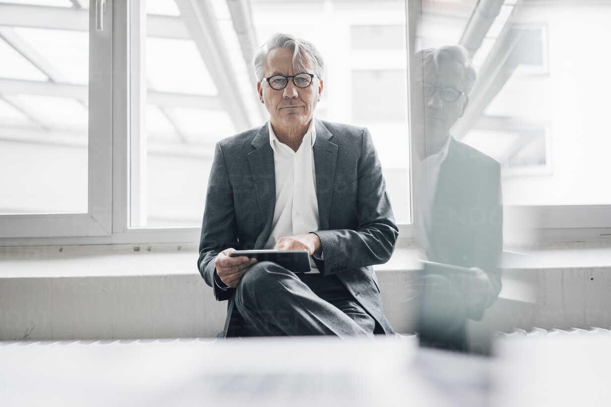Portrait of confident senior businessman using tablet - GUSF00019 - Gustafsson/Westend61