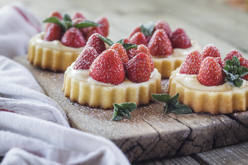 Tartlets with pudding filling and strawberries - SBDF03232