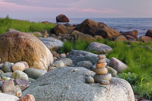 Germany, Mecklenburg-Western Pomerania, Jasmund National Park, Bolders and pebbles athe Baltic Sea - GFF00994