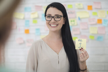 Female employee with post it - ZEF14101