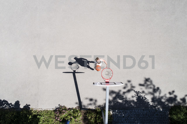 Man playing basketball on outdoor court - MAEF12340