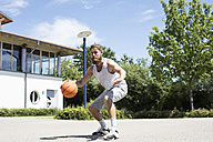 Man playing basketball on outdoor court - MAEF12343