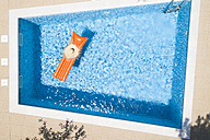 Straw hat on orange airbed in swimming pool, top view - MAEF12346