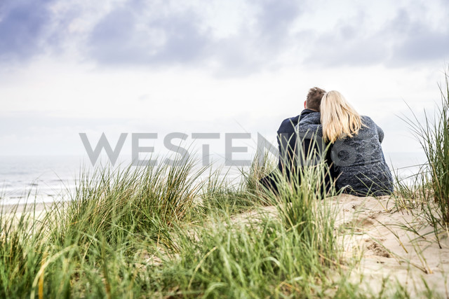 Couple sitting in dunes - FMKF04206