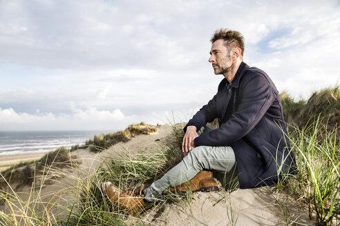 Man sitting in dunes - FMKF04257