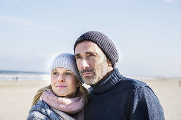 Portrait of couple on the beach - FMKF04281