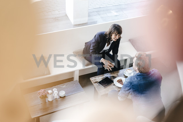 Businesswoman having a meeting with client in a cafe - KNSF01918 - Kniel Synnatzschke/Westend61