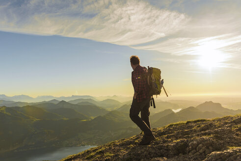 Austria, Salzkammergut, Hiker with backpack hiking in the Alps - UUF10978