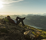 Austria, Salzkammergut, Hiker in the mountains taking a break - UUF11008
