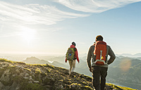 Austria, Salzkammergut, Couple hiking in the mountains - UUF11011