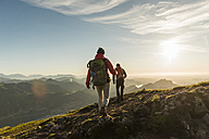 Austria, Salzkammergut, Couple hiking in the mountains - UUF11014