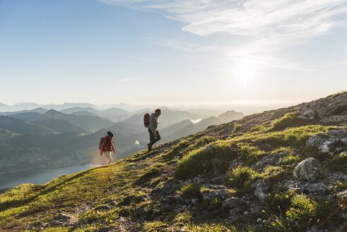 Austria, Salzkammergut, Couple hiking in the mountains - UUF11020