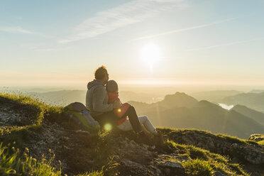 Austria, Salzkammergut, Hiker in the mountains taking a break - UUF11029