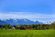 Germany, Bavaria, Upper Bavaria, view to Spatzenhausen with Alps in the background - LBF01619