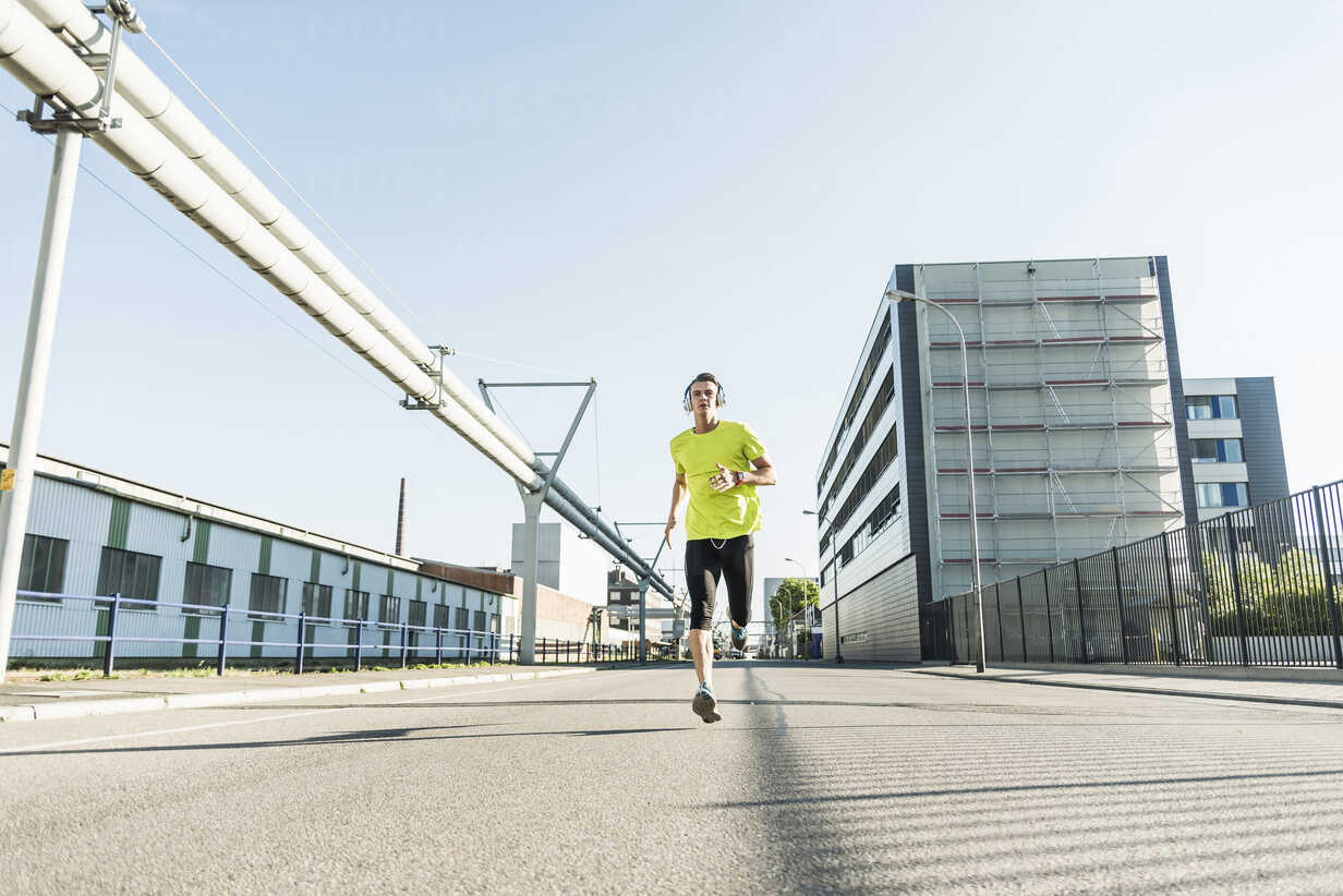 Young athlete jogging in the city - UUF11110 - Uwe Umstätter/Westend61