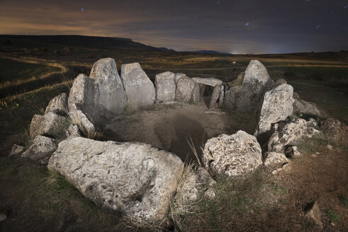 Spain, Cubillejo de Lara, Dolmen of Mazariegos at starry night - DHCF00106