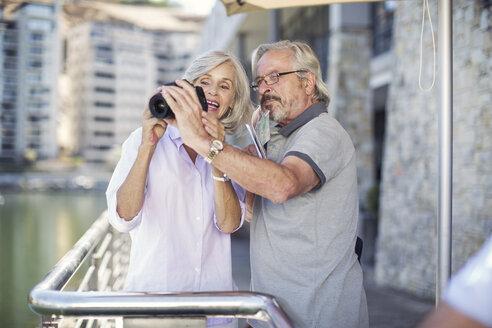 Senior couple taking a city break, taking photos - ZEF14152