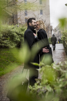 Affectionate business couple in the city - MAUF01205