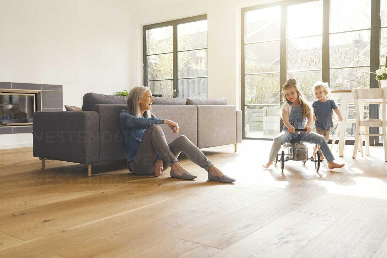 Grandparents observing grandmother, playing in livingroom - SBOF00557 - Steve Brookland/Westend61