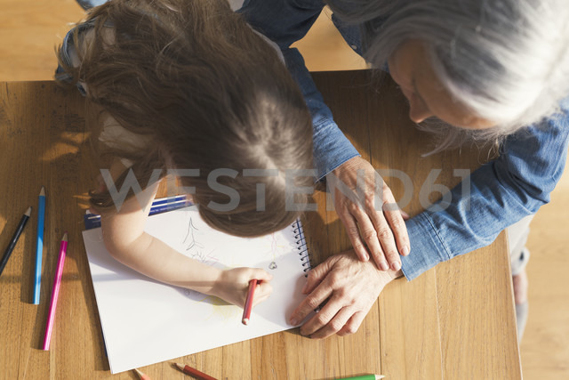 Grandmother and granddaughter making a drawing together - SBOF00572 - Steve Brookland/Westend61