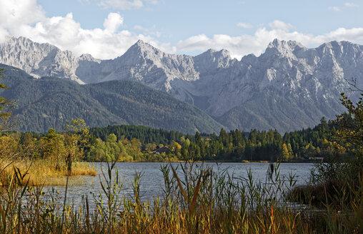 Germany, Kruen, Lake Barmsee with Karwendel Mountains in the background - LHF00535