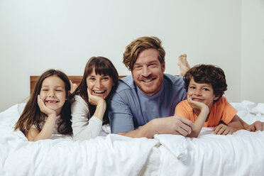 Portrait of parents and their children in bed - MFF03709