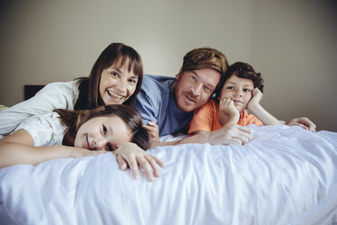 Portrait of parents and their children in bed - MFF03727