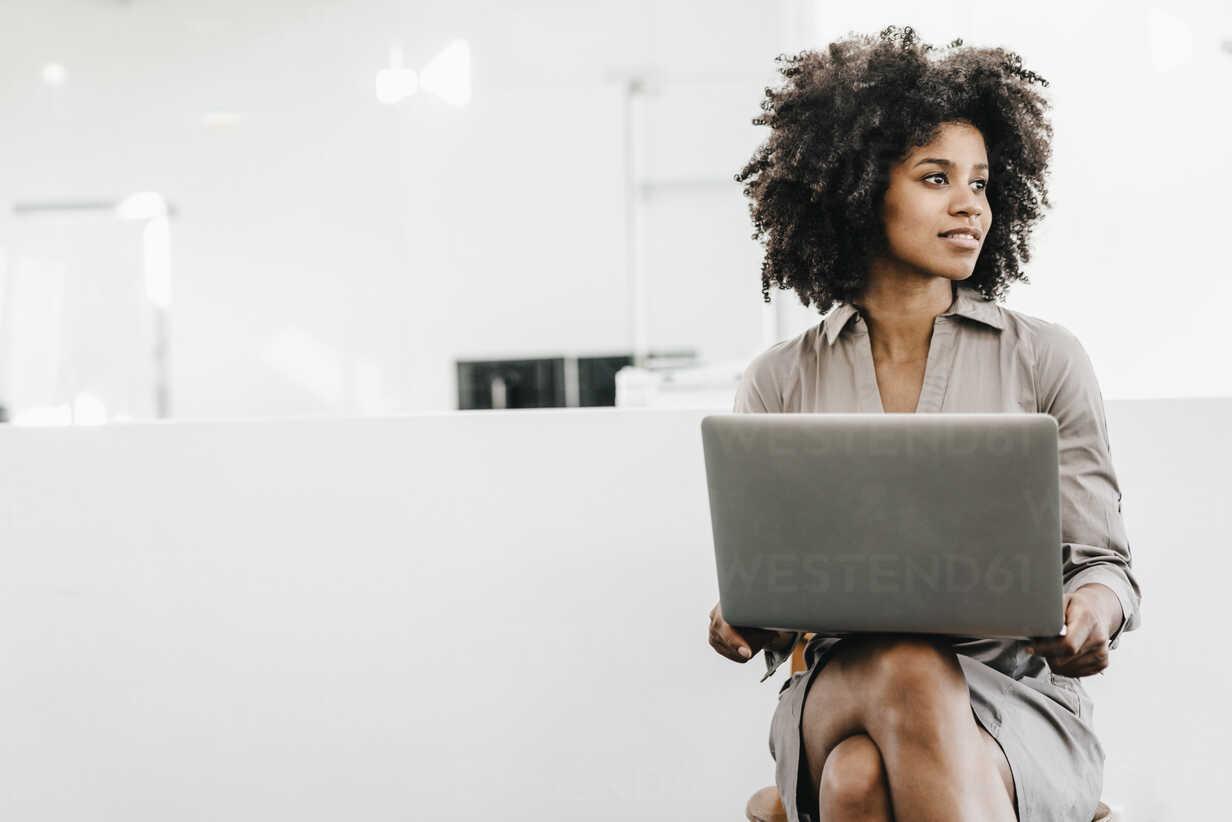 Young woman using laptop in office - KNSF02313 - Kniel Synnatzschke/Westend61