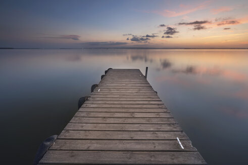 Spain, Valencia, La Albufera, empty jetty at sunset - DHCF00140