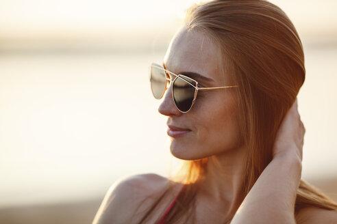 Portrait of beautiful young woman wearing sunglasses - VPIF00018
