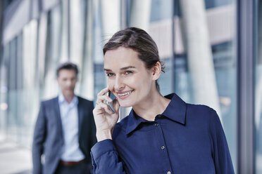 Portrait of businesswoman on the phone - RORF00992