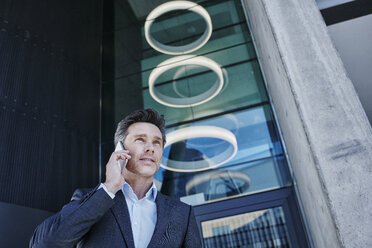 Portrait of businessman on the phone - RORF01001