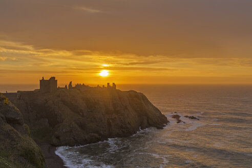 UK, Scotland, Stonehaven, Dunnottar Castle at sunrise - FOF09275