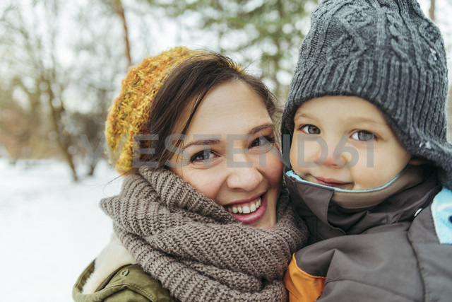 Portrait of mother and little son in the snow - ZEDF00805