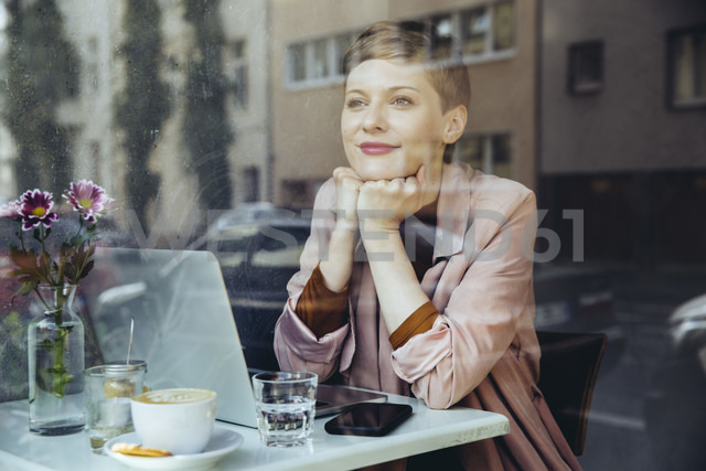 Woman with her laptop enjoying the view in a cafe - MFF03828 - Mareen Fischinger/Westend61
