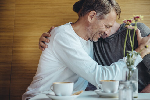 Affectionate gay couple in cafe - MFF03888