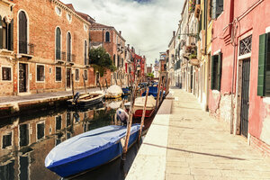Italy, Venice, alley and boats at canal - CSTF01360