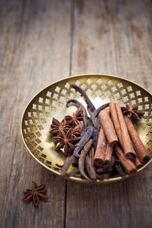 Bowl of vanilla beans, star anise and cinnamon sticks - CZF00301