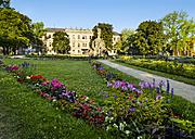 Germany, Bavaria, Erlangen, Schloss Erlangen with garden and Hugenottenbrunnen - SIE07490