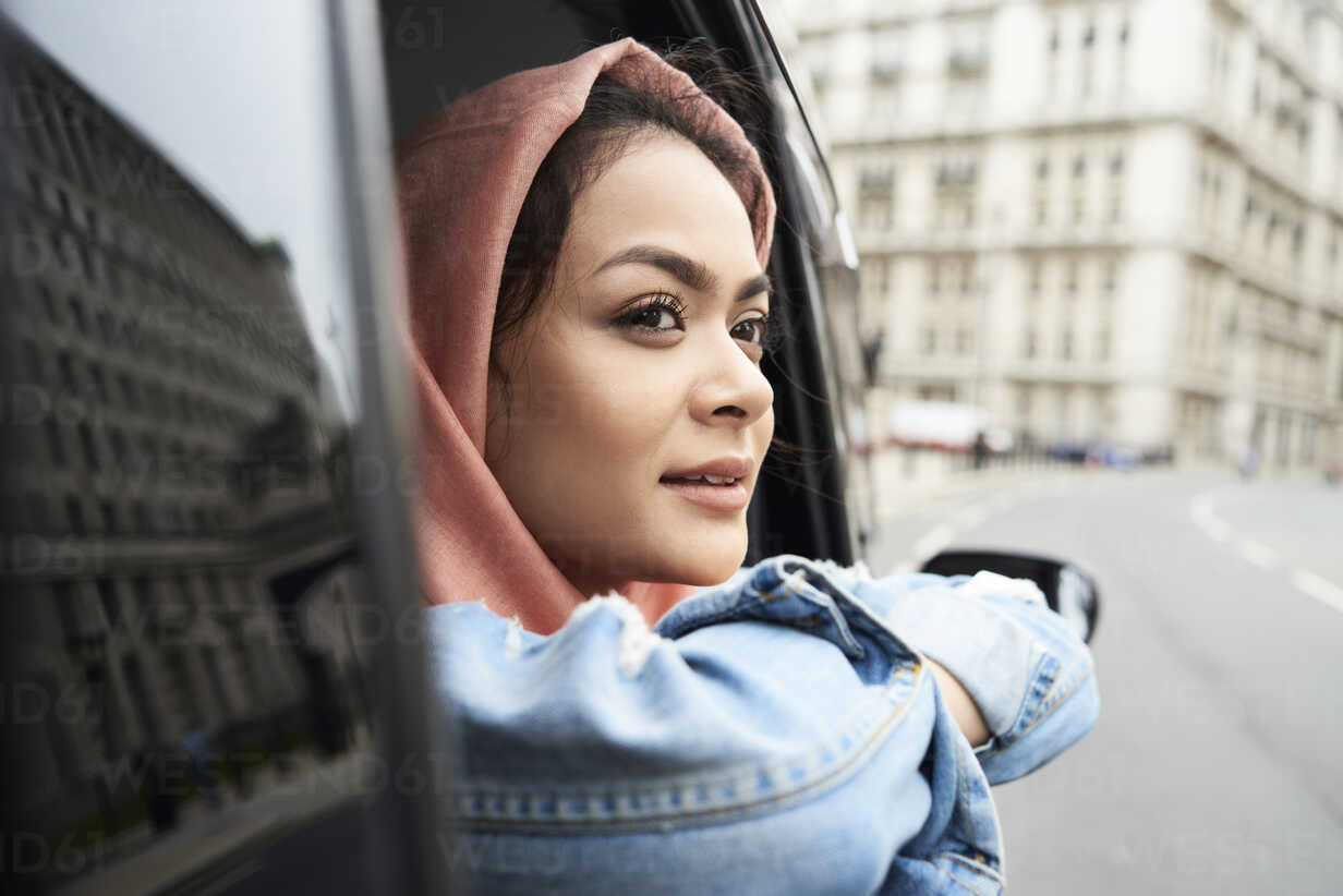 UK, England, London, young woman wearing hijab looking out of a taxi - IGGF00131 - Ivan Gener/Westend61