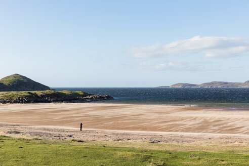 UK, Scotland, Scottish Highlands, Loch Ewe, Poolewe, tourist at Firemore Beach - FOF09303