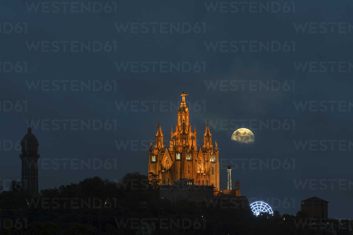 Spain, Barcelona, Temple Expiatori del Sagrat Cor on Mount Tibidabo at night - SKCF00313 - skabarcat/Westend61