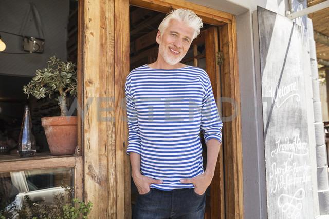 Mature man standing in front of his restaurant - WESTF23490 - Fotoagentur WESTEND61/Westend61
