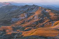 Italy, Abruzzo, Gran Sasso e Monti della Laga National Park, sunrise on plateau Campo Imperatore - LOMF00615