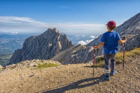 Italy, Abruzzo, Gran Sasso e Monti della Laga National Park, boy looking at peak of Corno Piccolo - LOMF00618