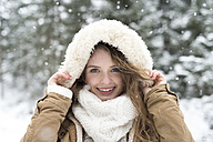 Portrait of smiling young woman in winter - HAPF02087