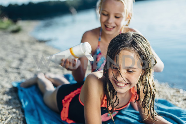 Portrait of laughing girl on the beach with her friend - MJF02193 - Jana Mänz/Westend61