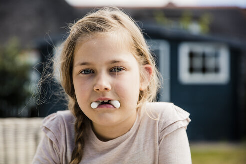 Girl with sweets in her mouth - MOEF00115