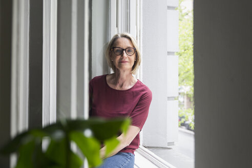 Portait of confident mature woman at the window - RBF05851